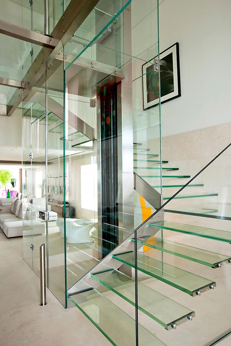escada-com-degrau-de-vidro-extra-clear-cobertura-em-sao-paulo-pela-arquiteta-fernanda-marques