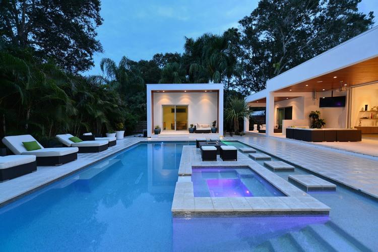 Sala e varanda integradas piscina blog vidrado for Casas con piscina en sevilla para alquilar