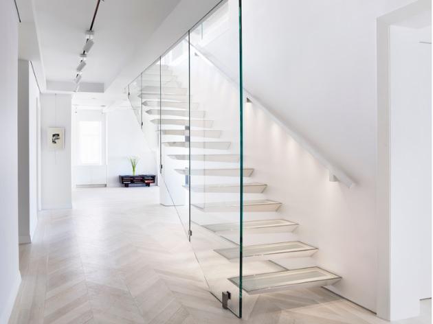 moderna-escada-de-vidro-em-balanco