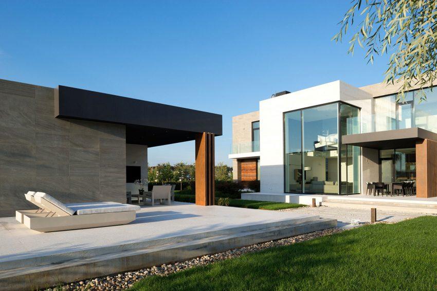 casa-com-fachada-de-vidro-incolor-esquadria-preta