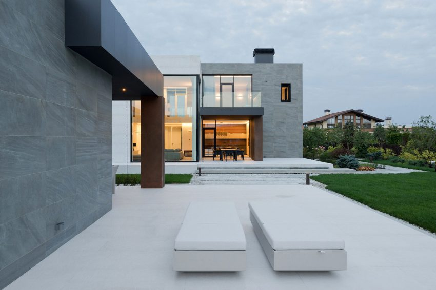 casa-com-fachada-de-vidro-pe-direito-duplo