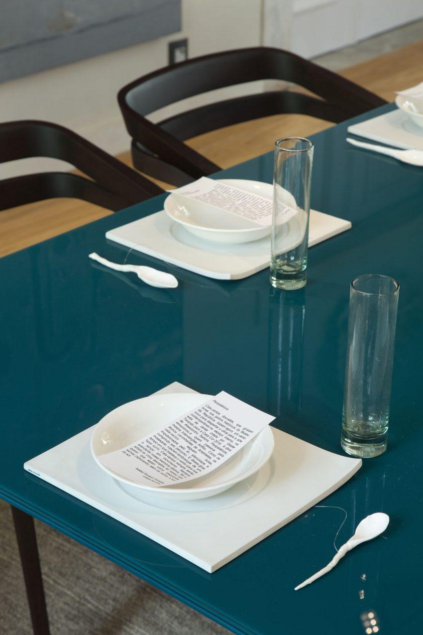 mesa-de-vidro-curvo-serigrafado-azul