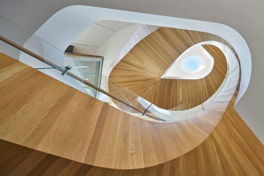escada-caracol-em-vidro-e-madeira-por-belzberg