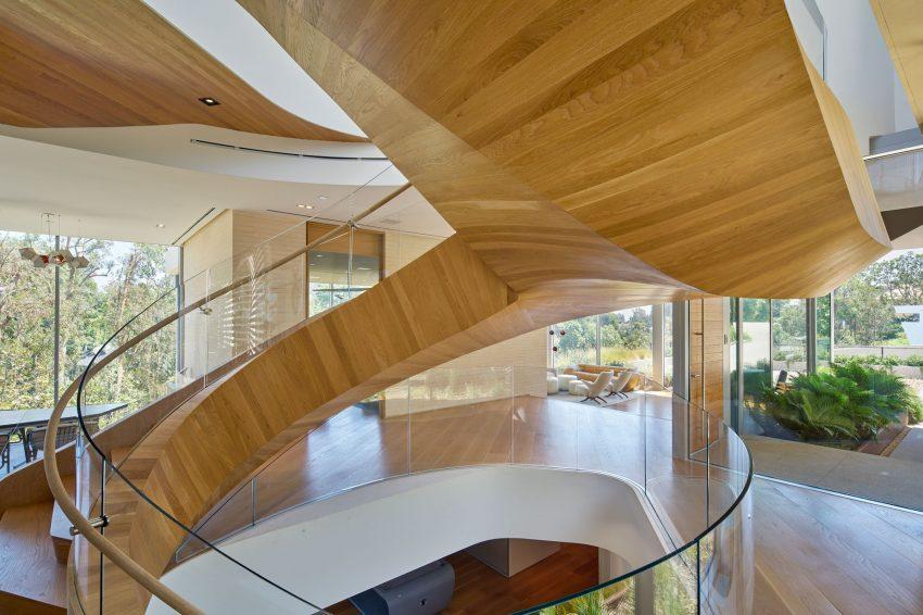 escada-escultorica-em-vidro-e-madeira-por-belzberg