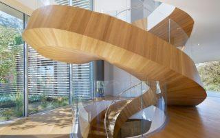 escada-espiral-de-vidro-e-madeira-por-belzberg