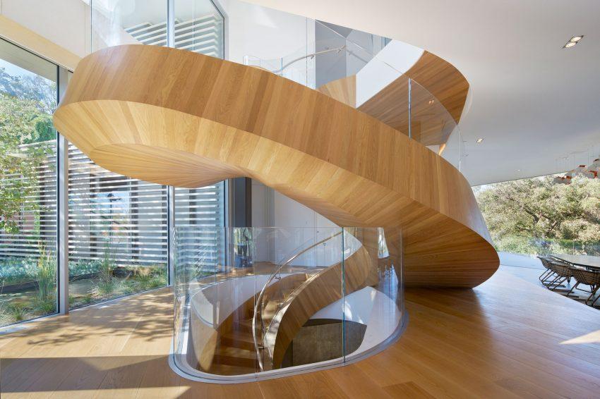 escada-espiral-em-vidro-e-madeira-por-belzberg