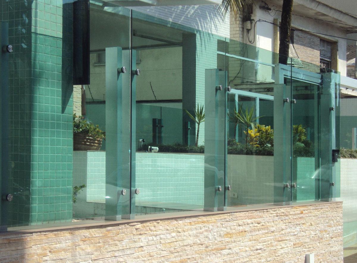 muro-em-vidro-com-estrutura-em-inox