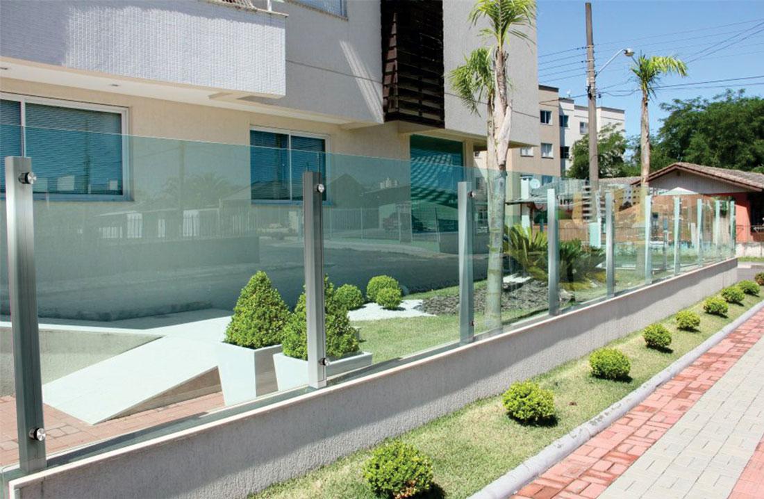 muros-de-vidro-com-torres-de-fixacao-em-aço-inox