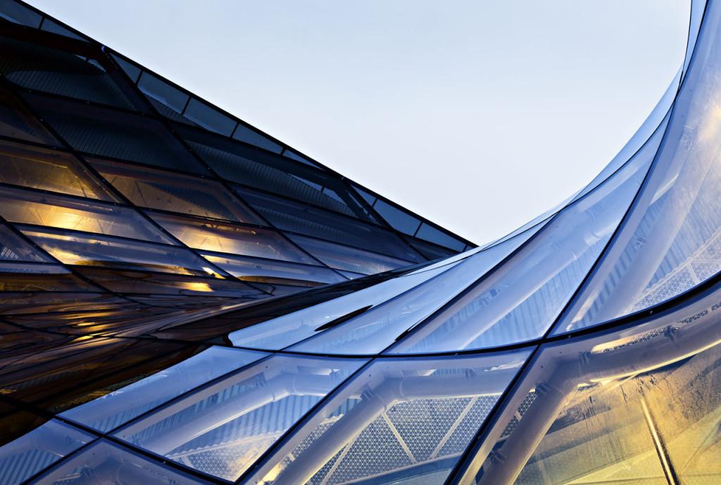 fachada-structural-glazing-em-vidro-laminado-refletivo-champanhe-de-controle-solar