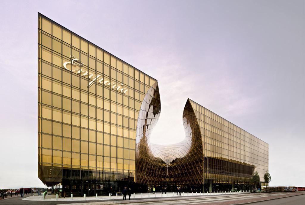 moderna-fachada-pele-de-vidro-curvo-structural-glazing-em-vidro-laminado-refletivo-champanhe