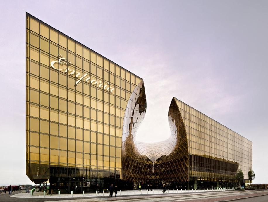 moderna-fachada-pele-de-vidro-curvo