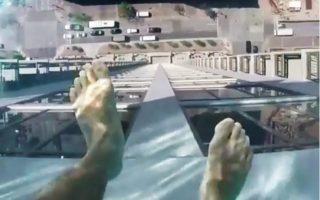 piscina-com-fundo-de-vidro-em-balanco
