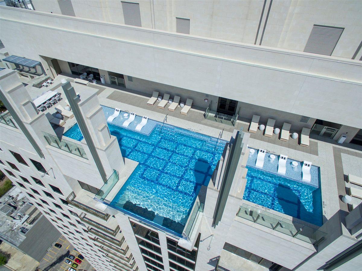piscina-com-fundo-de-vidro-em-balanco-market-square-tower-em-houston