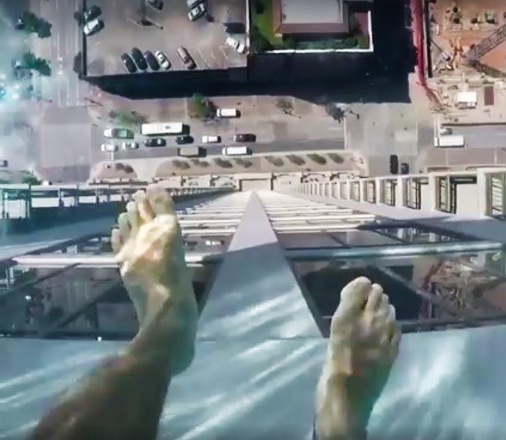 piscina-com-fundo-de-vidro-market-square-tower-em-houston