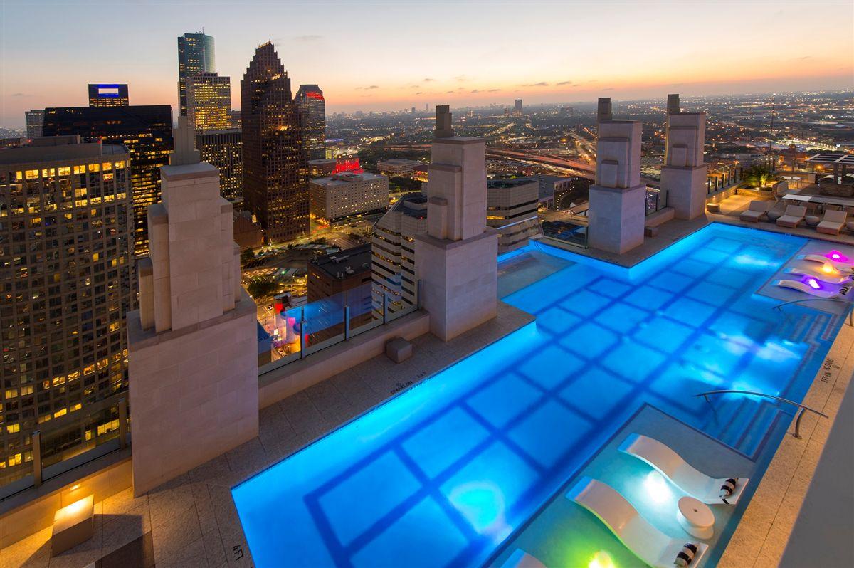 piscina-com-piso-de-vidro-em-balanco-market-square-tower-em-houston