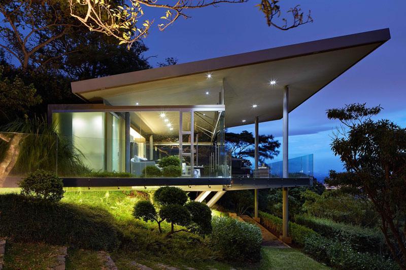 casa-suspensa-telhado-inclinado-em-san-jose-costa-rica