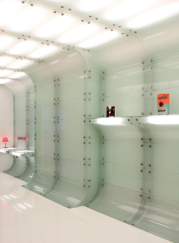 parede-com-revestimento-de-vidro-com-botoes-de-fixacao-inox-por-mo..ow-design