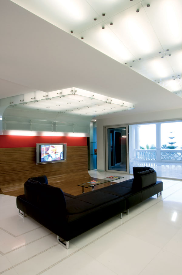 parede-revestida-de-vidro-branco-com-bottons-de-inox-por-mo..ow-design