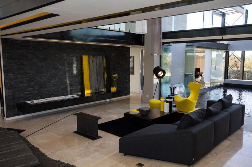 decoracao-amarelo-e-preto-casa-em-vidro-e-estruturas-de-aco-preto-midrand-africa-do-sul