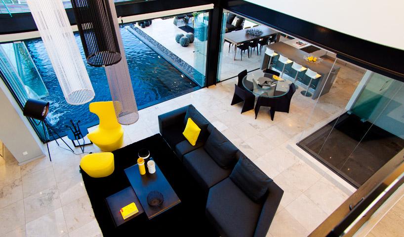 decoracao-preto-e-amarelo-casa-em-vidro-e-estruturas-de-aco-preto-midrand-africa-do-sul