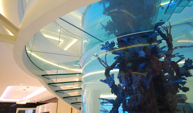 escada-com-degrau-de-vidro-em-balanco-em-torno-aquario