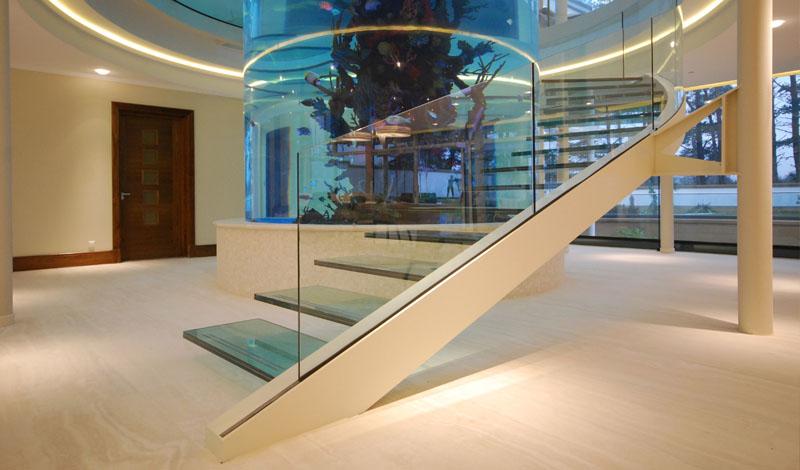 escada-de-vidro-curvo-em-torno-de-aquario