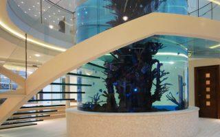 escada-de-vidro-em-volta-de-aquario