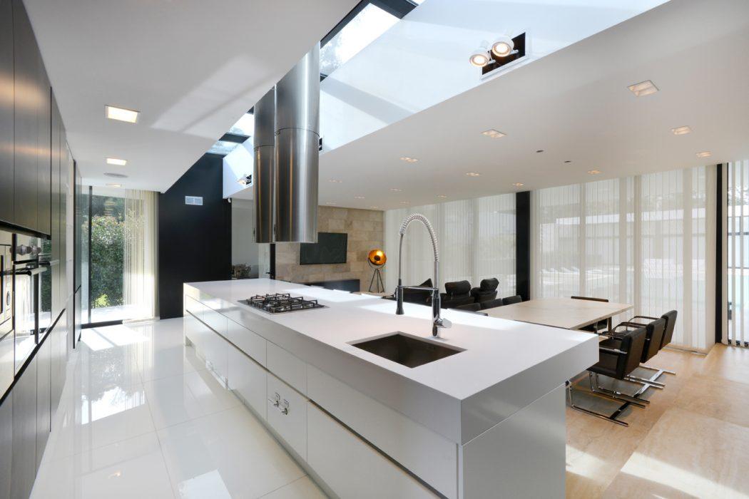 cozinha-planejada-esquadrias-aco-inox-pretas-casa-em-ituzaingo-buenos-aires-por-vanguarda-arquitetos