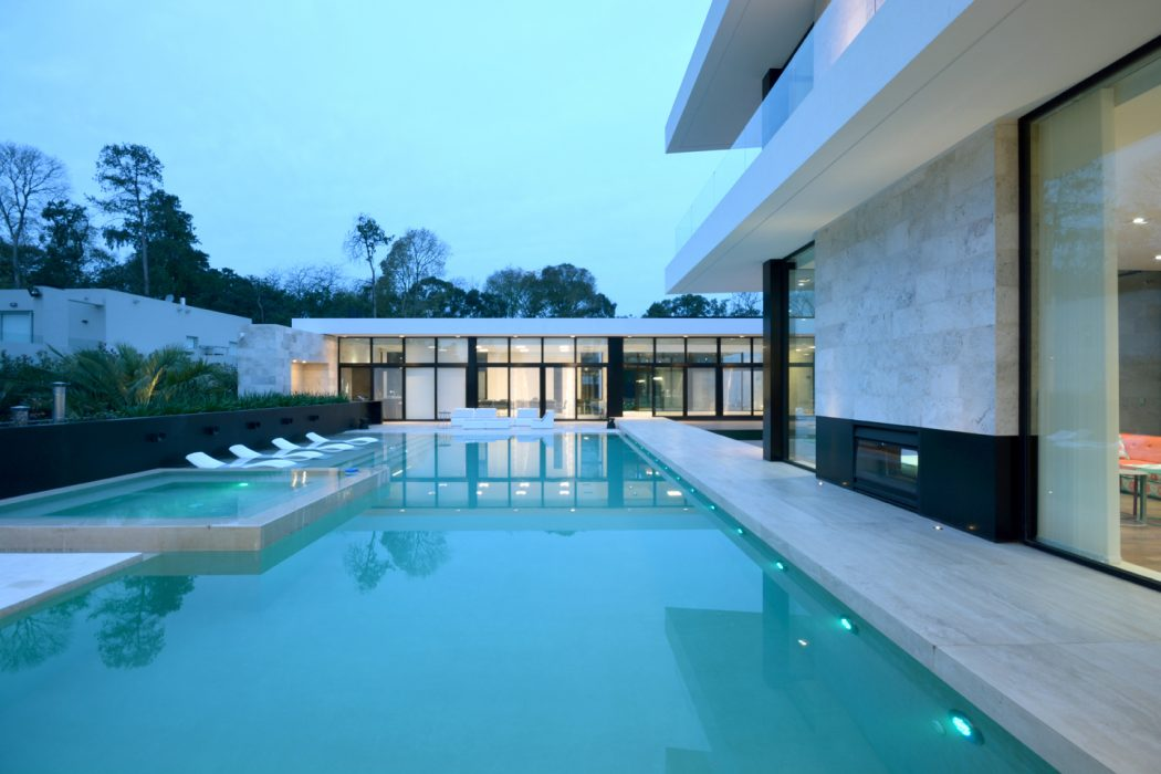 piscina-deck-molhado-e-hidro-casa-em-ituzaingo-buenos-aires-por-vanguarda-arquitetos