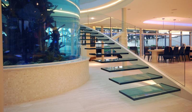 escada-com-guarda-corpo-de-embutir-de-vidro