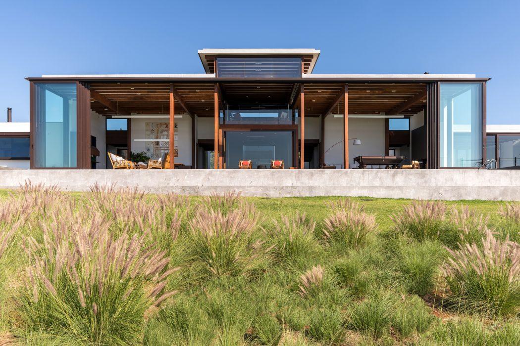 fachada-residencial-em-vidro-e-madeira-projeto-em-porto-feliz-sao-paulo-por-candida-tabet