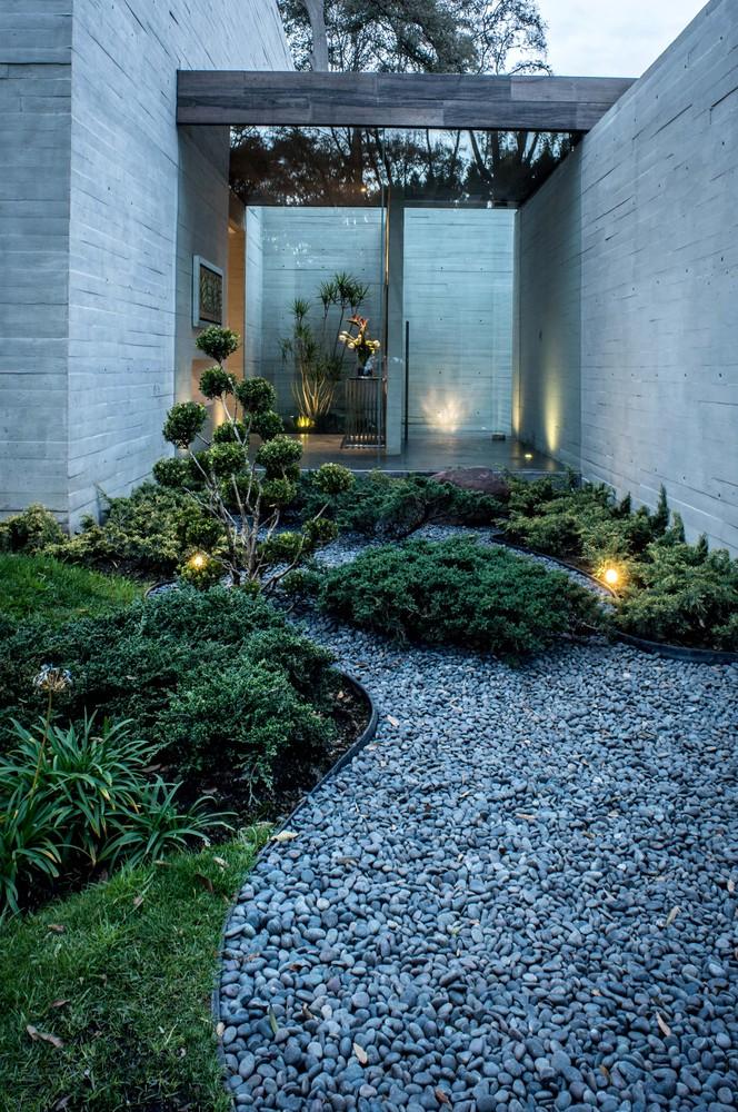 fachada-de-casa-em-vidro-e-concreto-por-grupo-mm