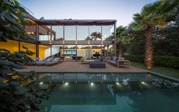 casa-com-fachada de vidro-estrutura-metalica-aparente-com-vigas-I-de-aço