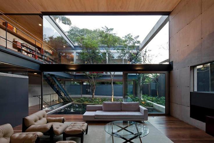 casa-estrutura-metalica-aparente-com-vigas-I-de-aço-e-vidro