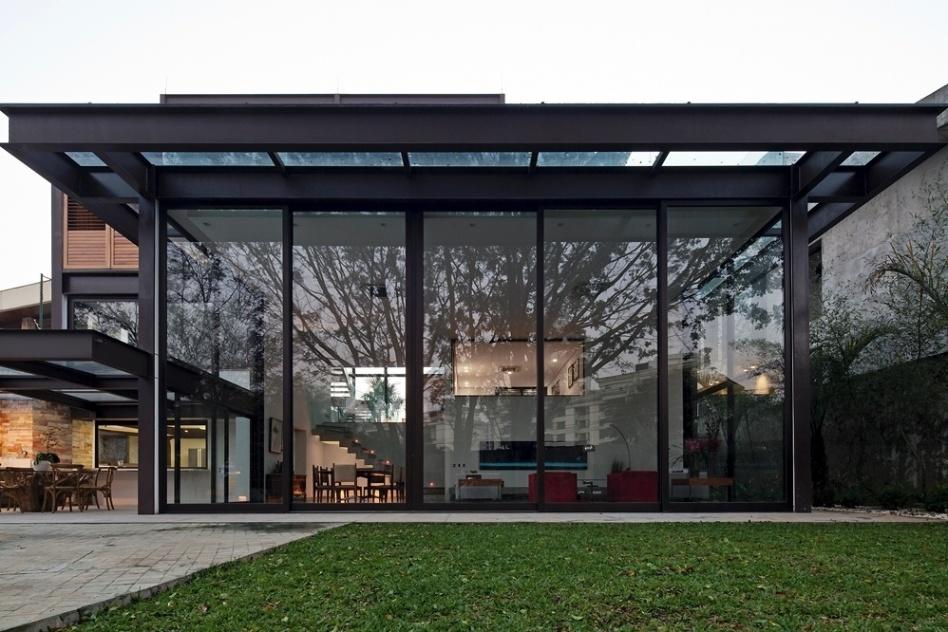 cobertura de vidro-com-estrutura-metalica-aparente-com-vigas-I-de-aço