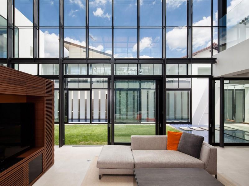 fachada-de-vidro-com-estrutura-metalica-aparente-com-vigas-I-de-aço
