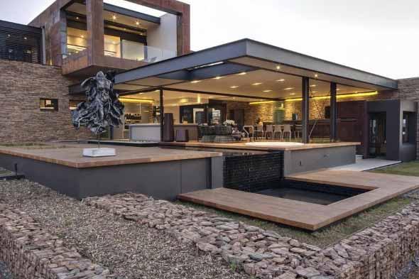 fachada-residencial-estrutura-metalica-vidro-com-vigas-I-de-aço