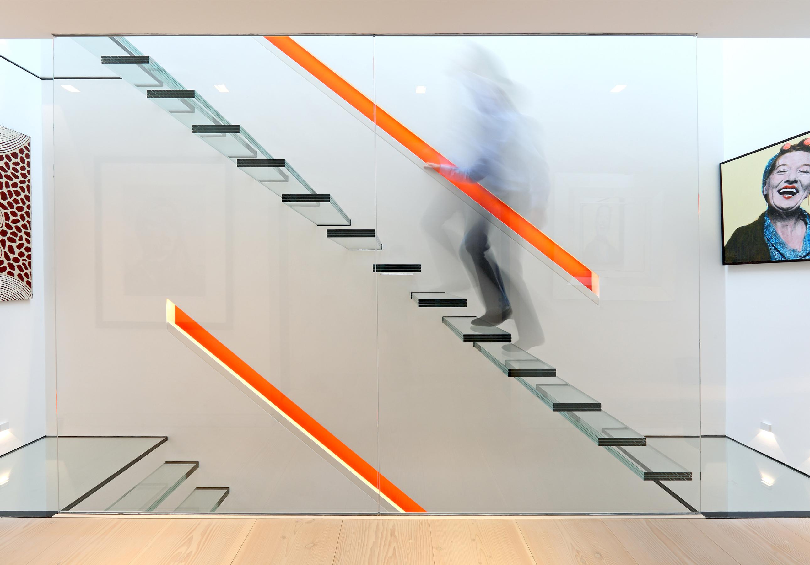 escada-de-vidro-com-piso-de-vidro-em-balanço