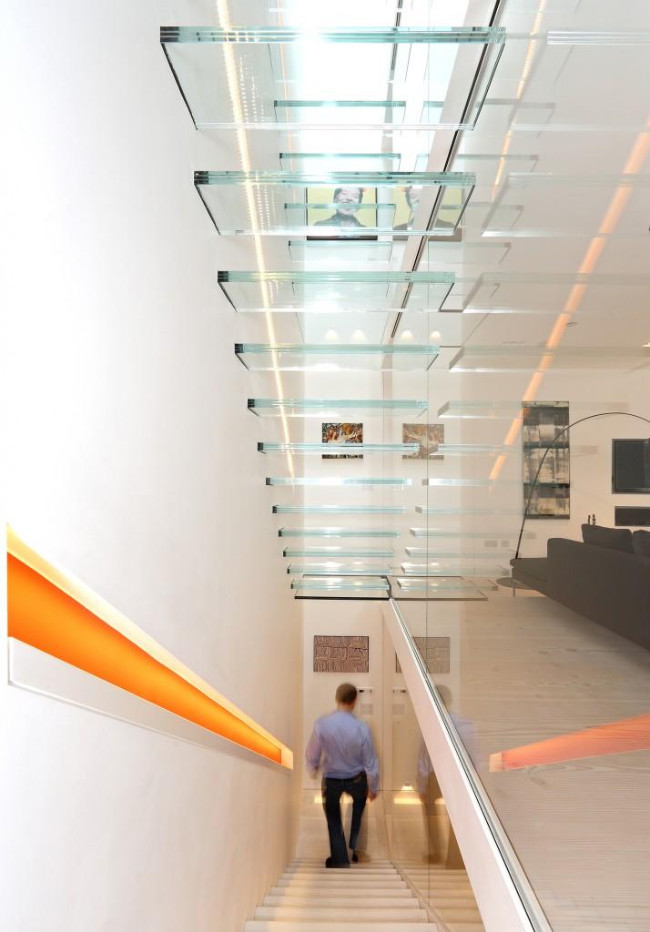 escada-de-vidro-com-piso-de-vidro-laminado-temperado-triplo-em-balanço