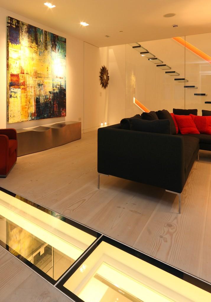 escada-de-vidro-em-balanço-com piso-e-guarda-corpo-de-vidro